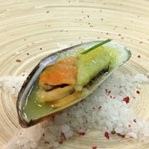 Мидии с огуречным мохито на морской соли