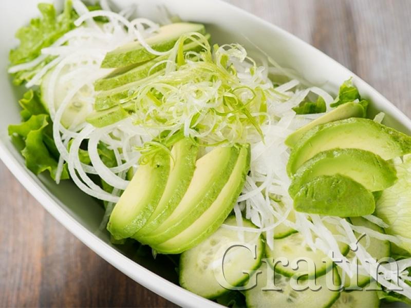 салат с редькой и авокадо