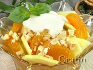 Йогуртовый салат с яблоками, орехами и мандаринами
