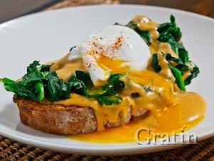 Яйца-пашот со шпинатом под яично-луковым соусом