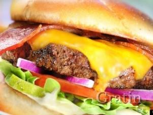 Чизбургер с беконом и овощами
