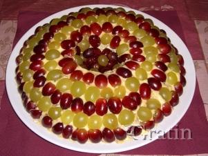 Салат с виноградом и копчёным сыром