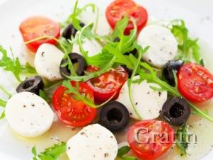 Закуска из моцареллы с рукколой, маслинами и черри