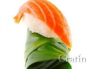 Суши из сёмги в листьях свеклы