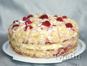 Бисквитный торт с малиной и персиками