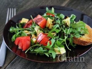 Салат из рукколы, томатов и авокадо с крутонами