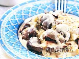Телячьи почки с солёными огурцами и грибным соусом