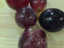 Салат с жареным камабером, рукколой и виноградом