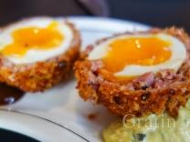 Яйца по-шотландски в панировке из сосисок