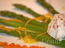 Спаржа с икорно-сырным соусом