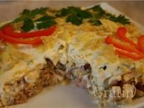 Горячий салат с горбушей, грибами и овощами
