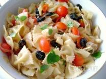 Макаронный салат с грудинкой и оливками