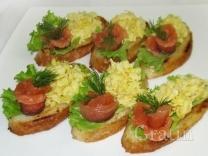 Бутерброды с лососем и взбитым яйцом