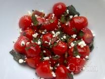 Салат из помидоров черри с брынзой и беконом