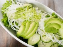 Салат с огурцом, дайконом и авокадо