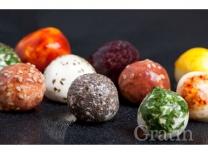 Разноцветные сырные шарики с грильяжем
